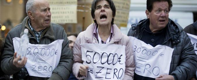 """Salva banche, risparmiatori: """"Noi truffati, chiudiamo i conti"""". Governo prende tempo e rimanda soluzione"""