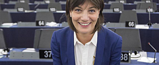 """Lara Comi, l'europarlamentare di FI: """"Un selfie con il mio libro per uno stage al Parlamento Ue"""""""