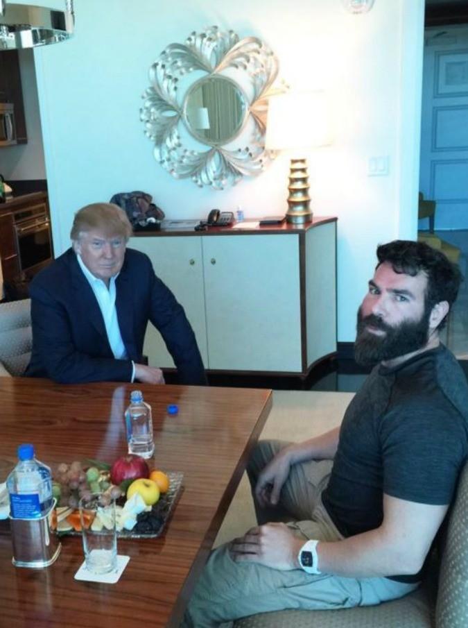 Donald Trump e Dan Bilzerian: solidarietà tra milionari per le Presidenziali Usa 2016. Ma niente seni al vento e champagne