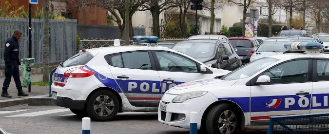 """Parigi, insegnante accoltellato da presunto jihadista confessa: """"Mi sono inventato tutto"""""""