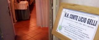Licio Gelli, camera ardente ad Arezzo: poca gente. Spilla fascista sulla giacca del Venerabile (FOTO-VIDEO)