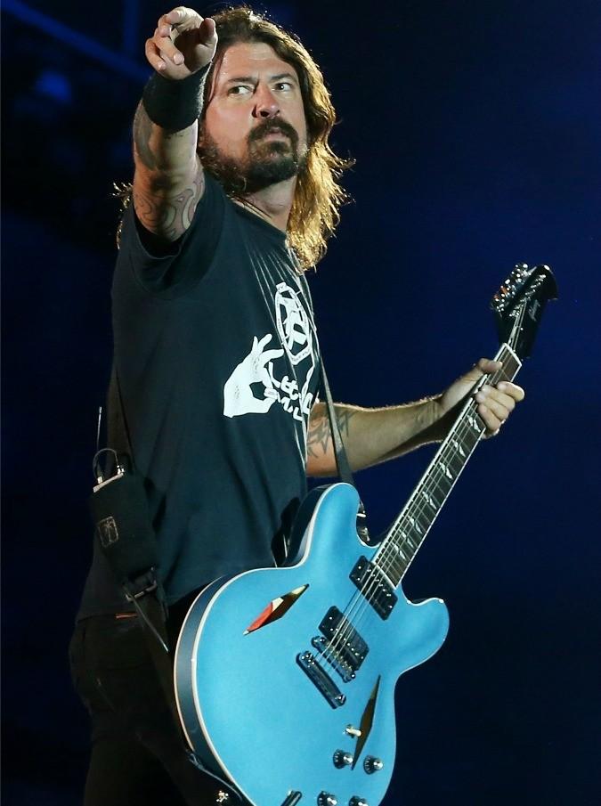 Dave Grohl sfida i Muppets alla batteria: l'indiavolato pupazzo batterà il leader dei Foo Fighters?