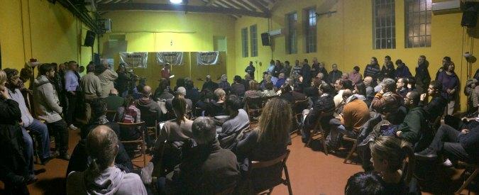 """M5S Bologna, il candidato Bugani diserta l'assemblea. Le proteste: """"Liste calate dall'alto come nel Pd"""""""