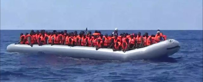 Migranti, almeno venti morti nel Canale di Sicilia. 366 naufraghi tratti in salvo