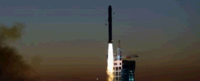 Materia oscura, lanciato il primo satellite cinese: misurerà i raggi cosmici