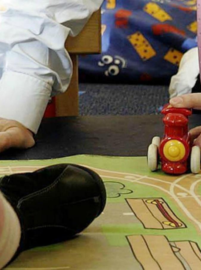 La condivisione della cura dei figli? Al centro del dibattito in molti Paesi. Ma gli stereotipi restano forti