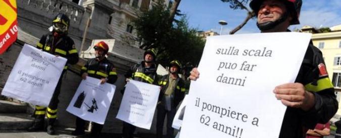 """Vigili del fuoco, il corpo dimenticato: pochi uomini, scarsi mezzi, stipendi bassi. E ora il governo """"rottama"""" i precari"""