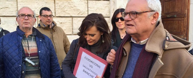 Salva Banche, protesta dei risparmiatori alla sede dell'Etruria di Civitavecchia