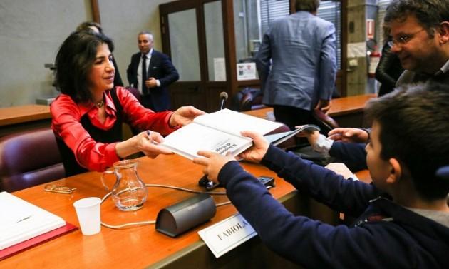 Fabiola Gianotti riceve la cittadinanza onoraria dai comuni di Asti e di Isola d'Asti.