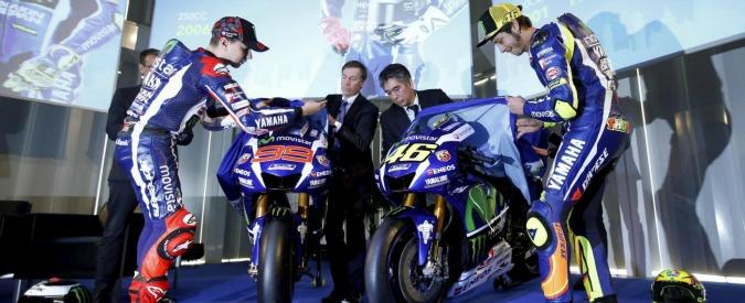 """Nuova Yamaha M1 2016, Rossi e Lorenzo fredda stretta di mano a presentazione. Vale: """"Da lui mancanza di rispetto"""""""