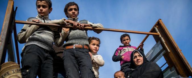 """Siria, ong: """"Isis ha rilasciato 270 dei 400 civili rapiti a Deir Ezzor. Liberati donne, bambini e anziani"""""""