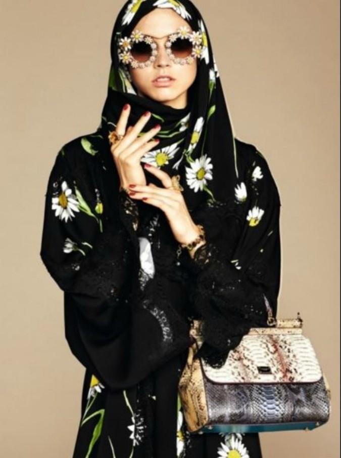 """Dolce&Gabbana, ecco """"Abaya"""" la prima collezione dedicata alle donne musulmane: velo e veste nera con pizzi e ricami"""