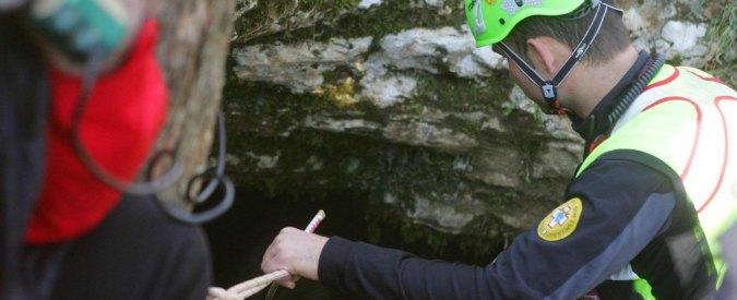 Rimini, trovato il corpo di uno speleologo nei boschi: aveva mani legate e un sacchetto in testa