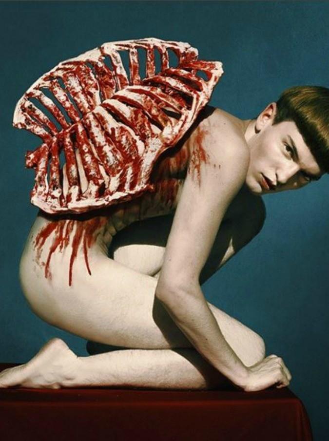 """Pallas, nudo su Instagram usa il cibo come """"abito"""": i suoi lavori esposti a New York e Parigi"""