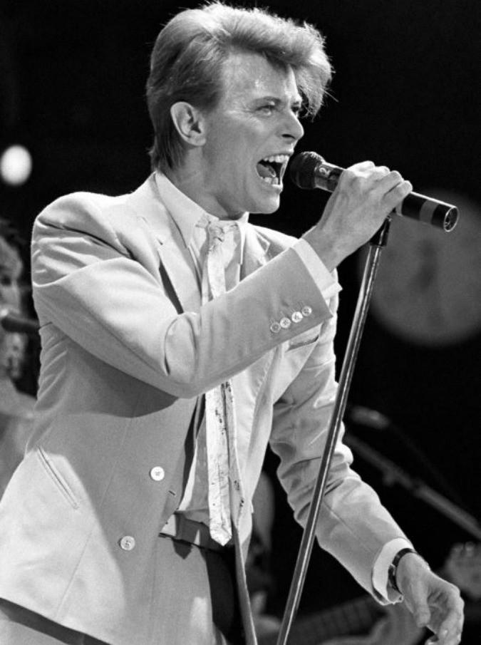 David Bowie è morto. Esce di scena da vera rockstar: lascia il suo testamento in musica e il mondo a bocca aperta