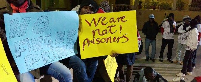 """Lampedusa, i migranti: """"No a impronte. Vogliamo scegliere dove andare"""""""