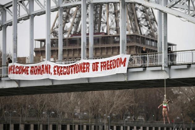 Francia, protesta contro la visita del Presidente Iraniano Rouhani a Parigi