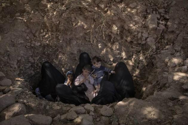 - Latifa, Amat, Swsan e i loro figli cercano riparo alla periferia di Sadaa, Yemen, durante un'ondata di bombardamenti, 27 agosto 2015
