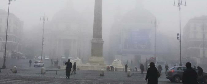"""Roma, si sveglia nella #nebbia. Ironia sui social: """"Ecco a voi il modello Milano"""""""