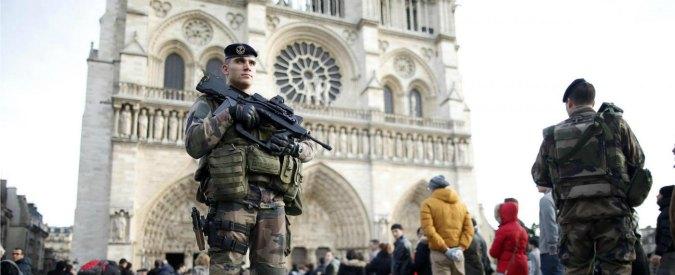 Stragi di Parigi, Francia approva la revoca della cittadinanza per i terroristi