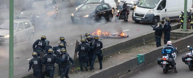 Parigi, tassisti in piazza contro Uber: 20 arresti. Manifestazioni anche in Italia