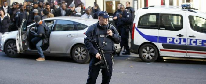 Parigi, l'uomo ucciso davanti al commissariato già espulso nel 2013. Giallo sull'identità