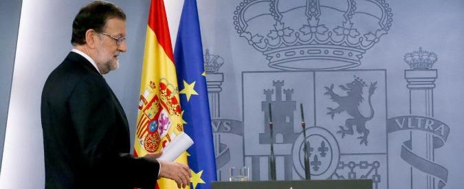 """Spagna, Rajoy prima rinuncia e poi rilancia: """"Dialogherò socialisti"""". Ipotesi ricatto Podemos a Psoe su Catalogna"""