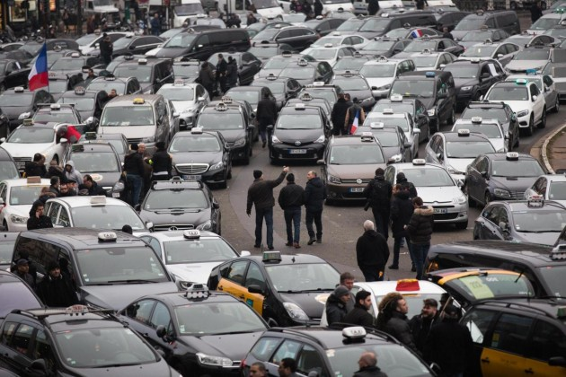 Violente proteste dei taxisti a Parigi contro Uber
