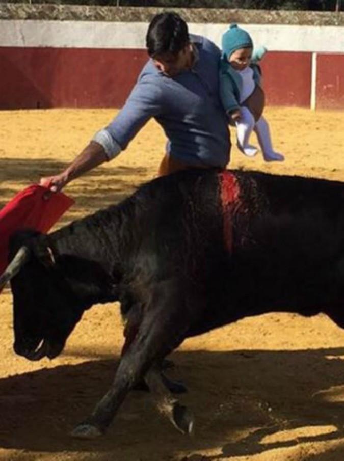 """Il torero infilza l'animale nell'arena con la figlia neonata in braccio: bufera sui social. Il ministro Sanchez Rubio: """"Immagine inaccetabile"""""""
