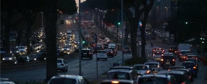 Trasporto pubblico, in Italia il disastro della mobilità sostenibile: aumentano gli spostamenti in auto, Roma maglia nera
