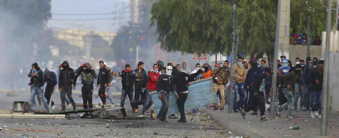 """Tunisia, si diffonde la protesta dei disoccupati. Il premier rientra prima da Davos: """"Fatti errori con i giovani"""""""
