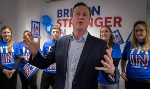 David Cameron con sostenitori del referendum sull'adesione della Gran Bretagna alla UE.
