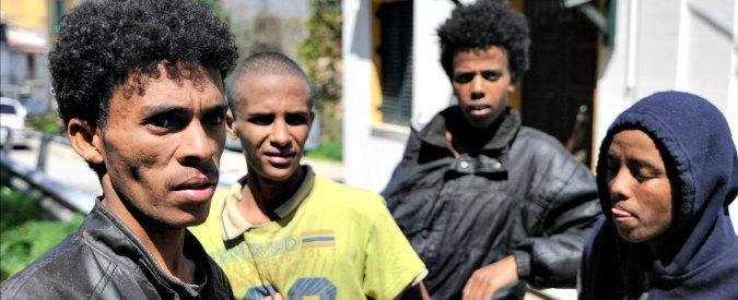 Migranti, viaggio in Campania: 'Nei centri si recluta manovalanza per il lavoro nero'
