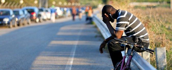 Migranti, dalle minacce agli incendi fino alla proteste violente: ecco l'Italia xenofoba contro chi accoglie i profughi