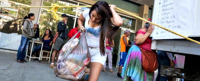 """Venezuela. Penuria di beni, manca anche il dentifricio. Ministro: """"Colpa di Colgate"""". E militari tornano davanti ai supermarket"""