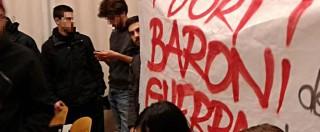 """Bologna, Panebianco contestato dagli attivisti del Cua: """"Mani sporche di sangue"""". Lezione interrotta"""
