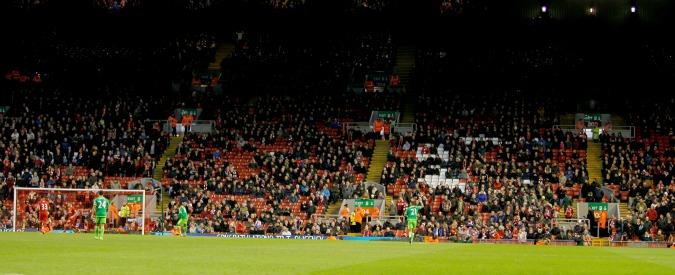 Liverpool, per la prima volta nella storia la curva in sciopero: in 10mila via dallo stadio, protesta contro il caro biglietti