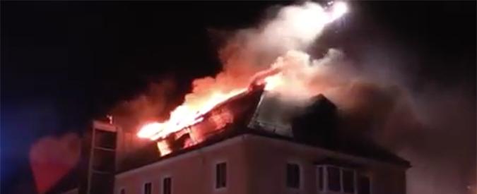 Germania, va a fuoco hotel per accoglienza profughi: i vicini festeggiano