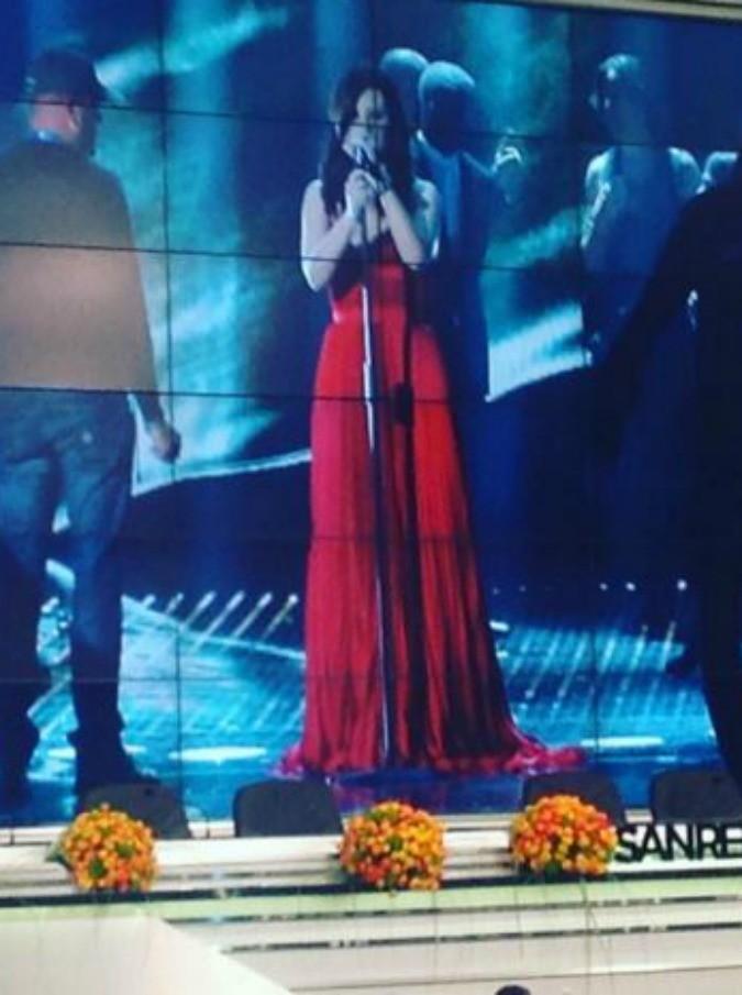 """Sanremo 2016, IlFatto.it svela il vestito che Laura Pausini indosserà stasera. Lei: """"Come al solito i più educati, grazie"""""""