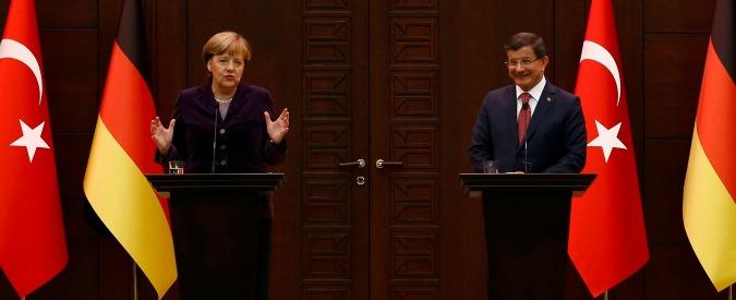 """Migranti, Merkel in Turchia: """"Inorridita da raid russi su civili"""". Asse Ankara-Berlino per fare pressioni su Onu e Nato"""