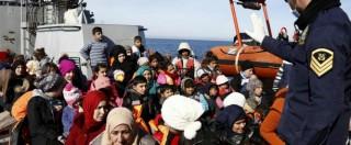 """Migranti, si rovescia barcone con 500 persone al largo della Libia: """"Almeno 5 vittime"""" – LA FOTOSEQUENZA"""