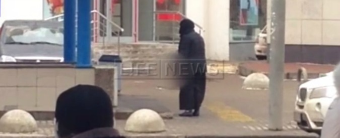 """Mosca, urlava """"Allah akbar"""" e aveva in mano testa mozzata di bambina: arrestata donna vestita di nero"""