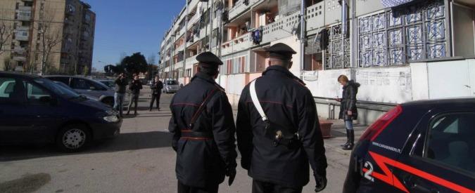 Camorra, tre omicidi in 24 ore nel Napoletano. Freddato davanti casa: la moglie lo sente morire al citofono