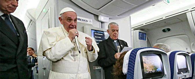 """Unioni civili, Bergoglio: """"Il Papa è per tutti, non si immischia nella politica italiana"""". E su Trump: """"Pensa a fare muri, non è cristiano"""""""