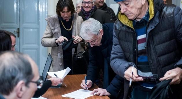 Giuliano Pisapia vota alle primarie del centrosinistra