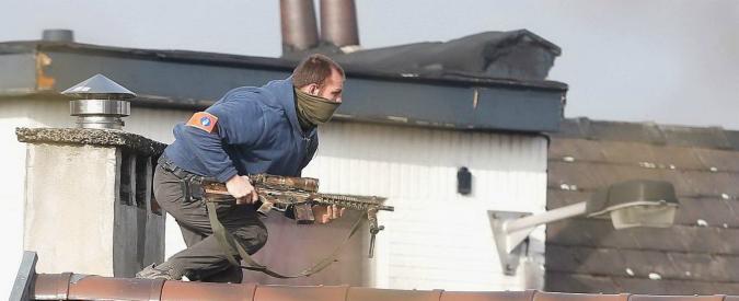 """Terrorismo, sparatoria a Bruxelles. Procura: """"Impronte di Salah nel covo perquisito"""""""