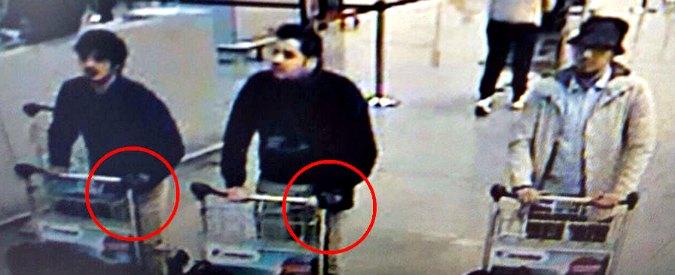 Attentati Bruxelles, caccia a 5 sospetti. 'Ricercato l'uomo con il cappello'. Blitz a Schaerbeek. Isis: 'Giorni bui per i crociati'