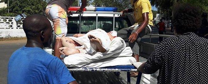 """Costa d'Avorio, uomini armati attaccano resort: """"Gridavano 'Allah akbar'"""". 16 morti, Hollande: """"Almeno un francese"""""""