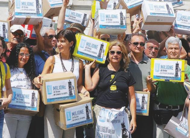 Inascoltati  -  Consegna di oltre un milione di firme per 3 referendum per l'acqua pubblica alla Cassazione  -  LaPresse