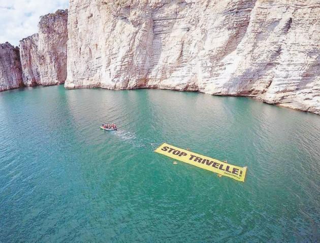 Trivelle: Greenpeace in azione sulla Montagna Spaccata, 'il 17 aprile vota si''
